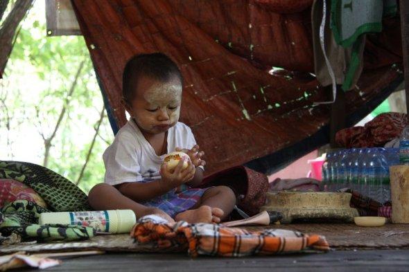 Tanaka (pasta z drzewa, chroniąca przed słońcem) w rękach młodego człowieka