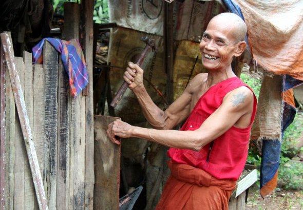 Radosny mnich w Thabarwa, sam prosił o zdjęcia