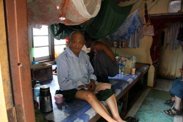Dziadek z Thabarwa, który narzekał na ścisk w pokoju ( w tym na zdjęciu było ich sześciu). Narzekał płynnym angielskim